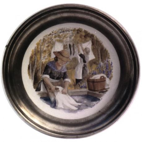 Assiette décor lavandière en étain et faïence